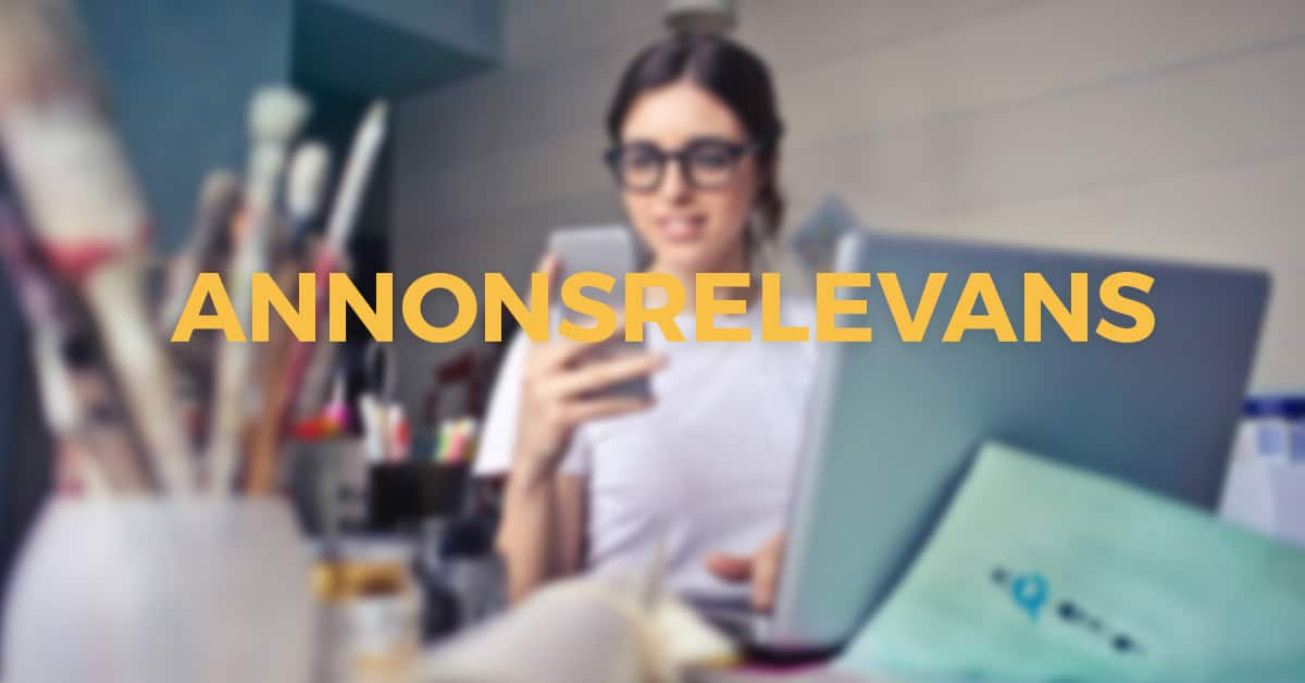 Kvinna håller i mobil med annons. Är det en bra annonsrelevans?